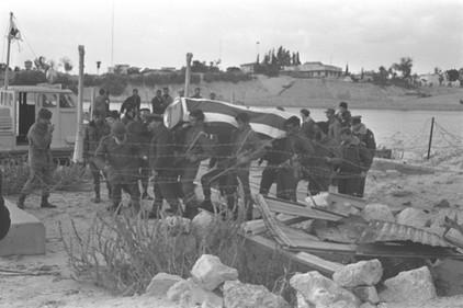 חיילים נושאים ארון מכוסה דגל ישראל