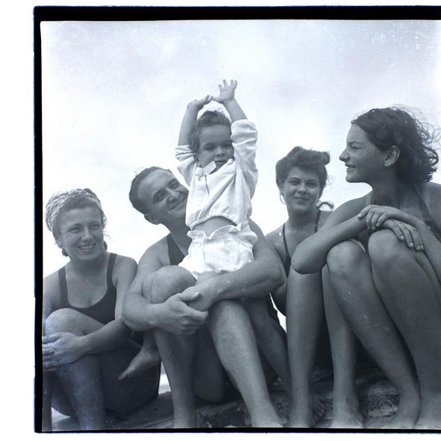 בונדי ובנו טומי עם אמא פיני (מצד שמאל), חוף בת-ים, 1941-42