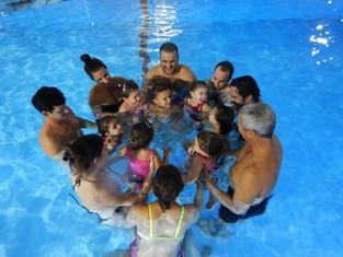 קורס שחיה לילדים עם הורים במים