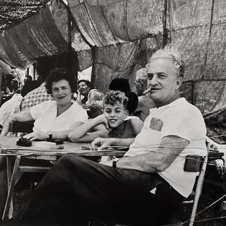 בונדי עם אשתו גינה ובנם ערן במסעדה בצפת, 1962