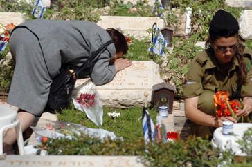 אמא וחיילת לצד קברים
