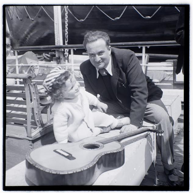 אבא אנדרי (בונדי) ובנו טומי על הסירה לישראל (פלשתינה), 1939