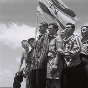ניצולי שואה לצד דגל ישראל