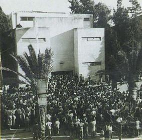 קהל נאסף מחוץ לבית דיזינגוף