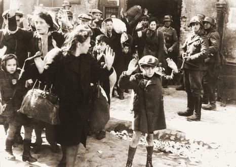 ילד מרים ידים בכניעה - מרד גטו ורשה
