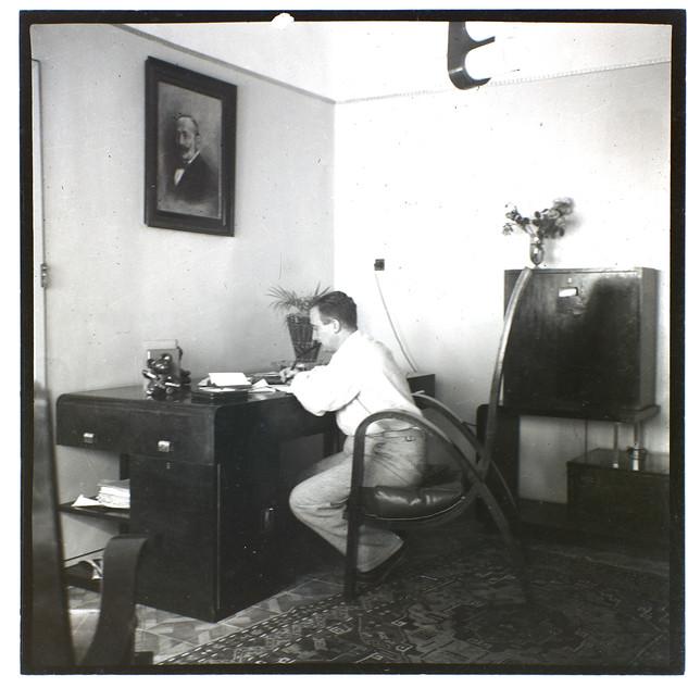 בונדי בביתו בתל אביב. סביבו רהיטים שחלקם הוא עיצב עוד בקומארנו בסלובקיה, 1941-42