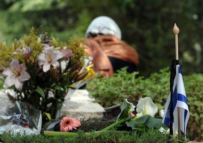 פרחים ודגל ישראל על קבר חיילת