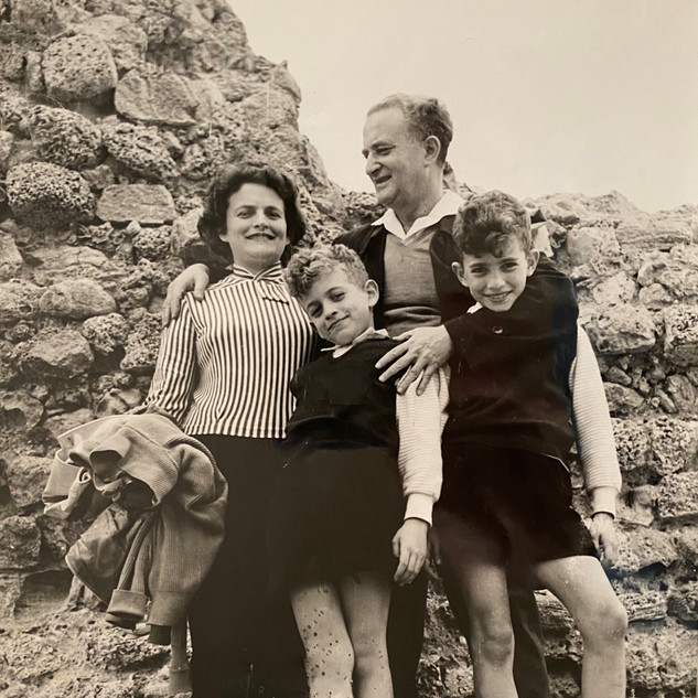 בונדי עם אשתו גינה ובניהם גיורא וערן, בחוף סידנא עלי בהרצליה, שנות ה-60