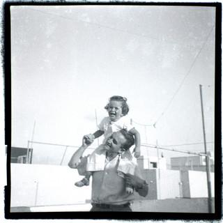 אבא אנדרי ובנו טומי על גג ביתם בתל אביב, 1939-40