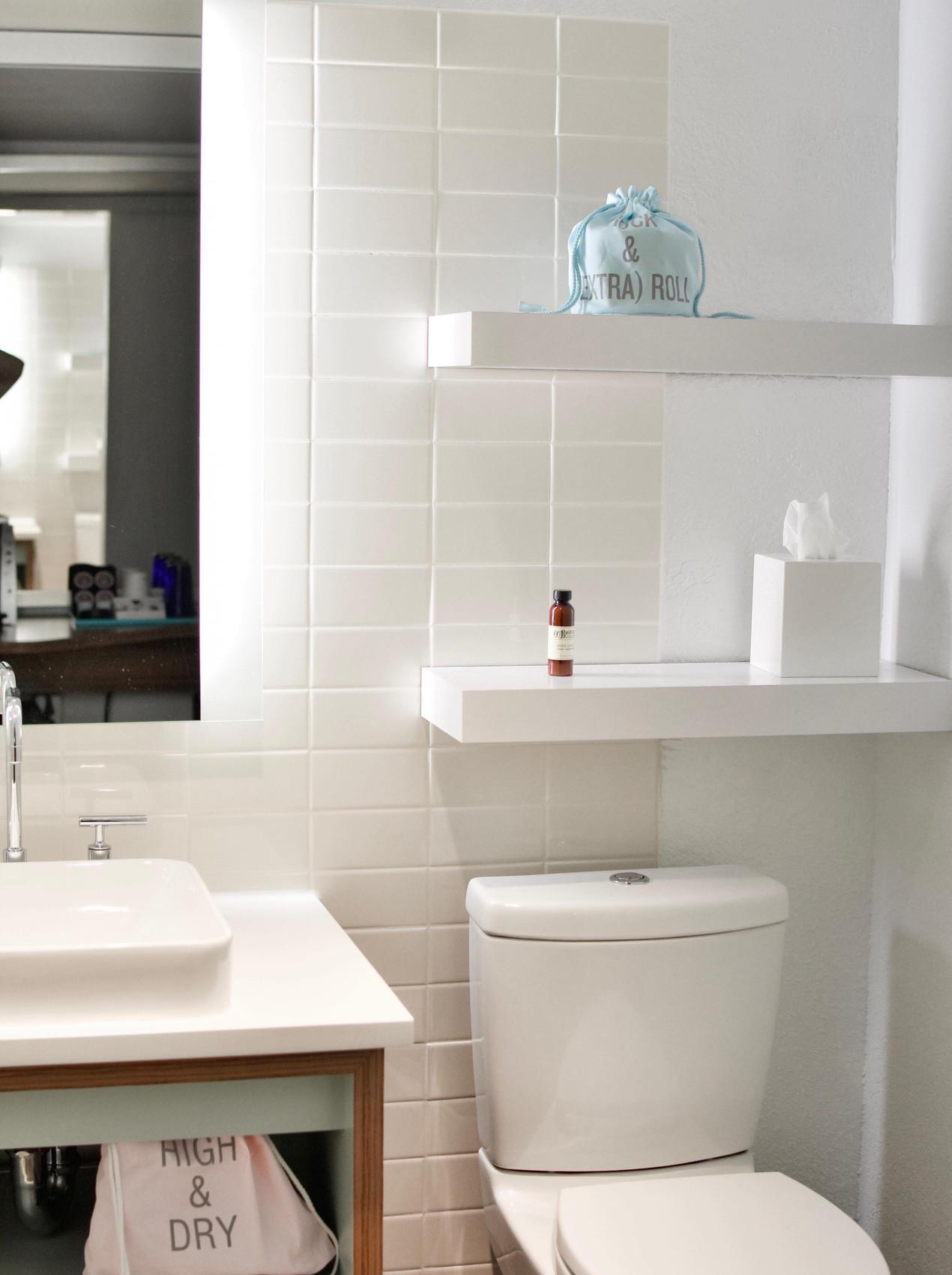 Baño blanco sostenible y limpio. Sisterna mas sostenible