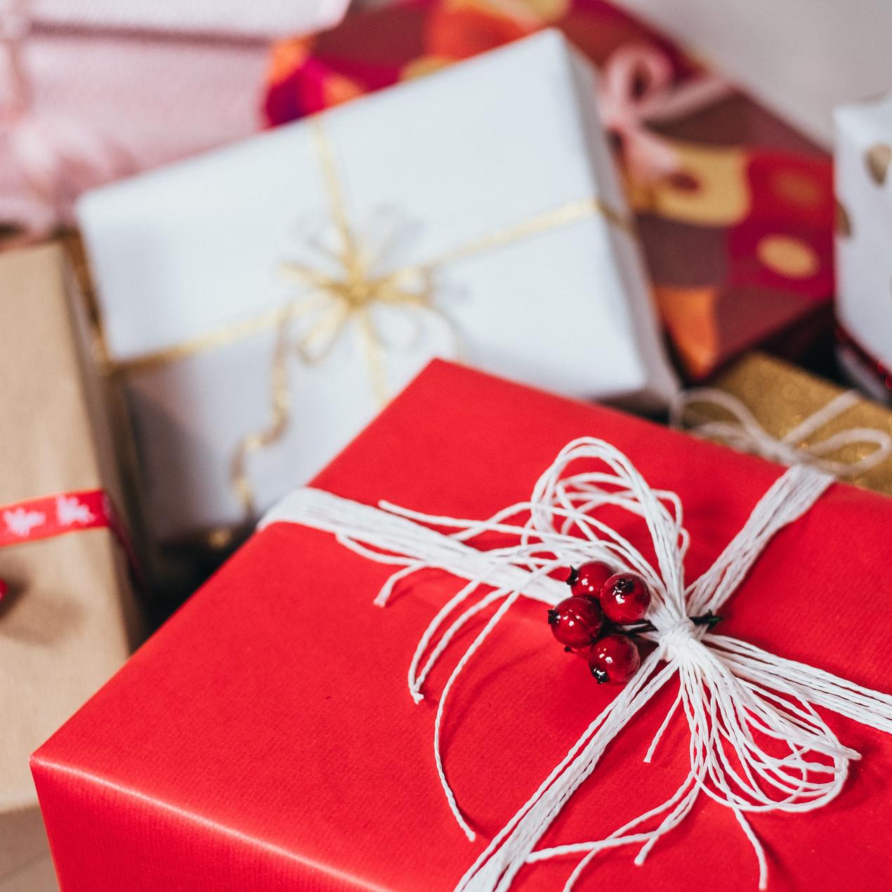 Empaques de regalos sostenibles. Regalos para navidad. Opciones de empaque. Empaques creativos