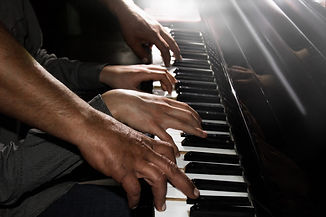 jouer-quatre-mains-masculines-piano-paum