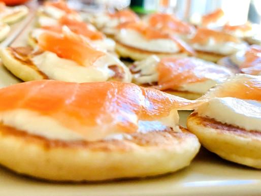 Blinis con salmón