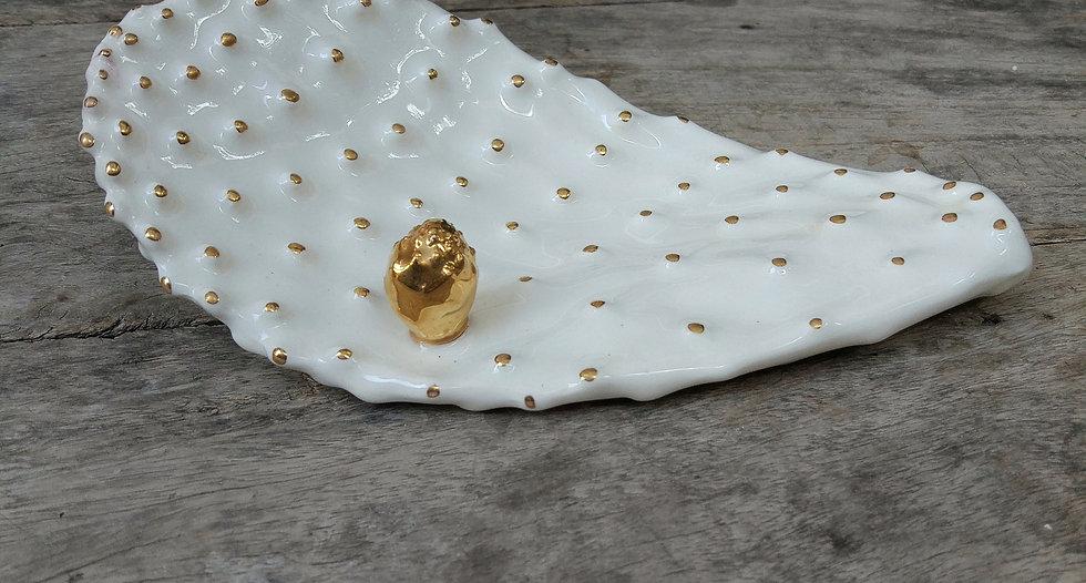 עלה קקטוס מקרמיקה עם פרח זהב