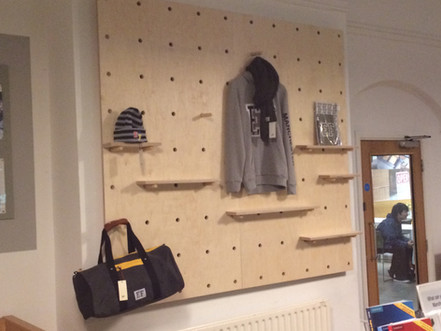 Wall mounted mechedise display