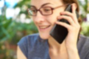 אישה משוחחת בטלפון