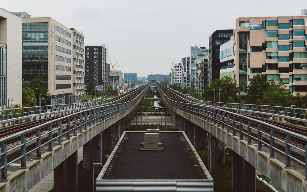 Bygninger og togskinner - afsnit om ydelser: Orienteringsplaner,  Sikkerhed, Anlægsdokumentation m.m