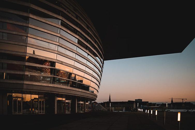 Bygning mod havet i solnedgang: erfaringstabel ABA anlæg, teknisk tegning, rådgivning, dokumentation m.m.
