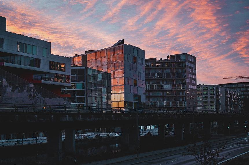 Billede af bygninger i København ved solnedgang.