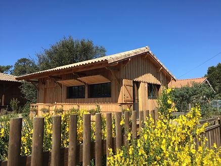 Vue du gîte de l'océan, studio bois équipé cuisine, jardin et terrasse en bois, rue calme en impasse