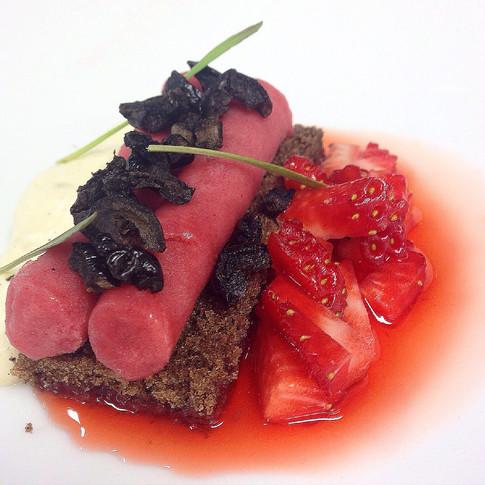 Morangos, azeitona kalamata, pimenta sichuan e rúcula