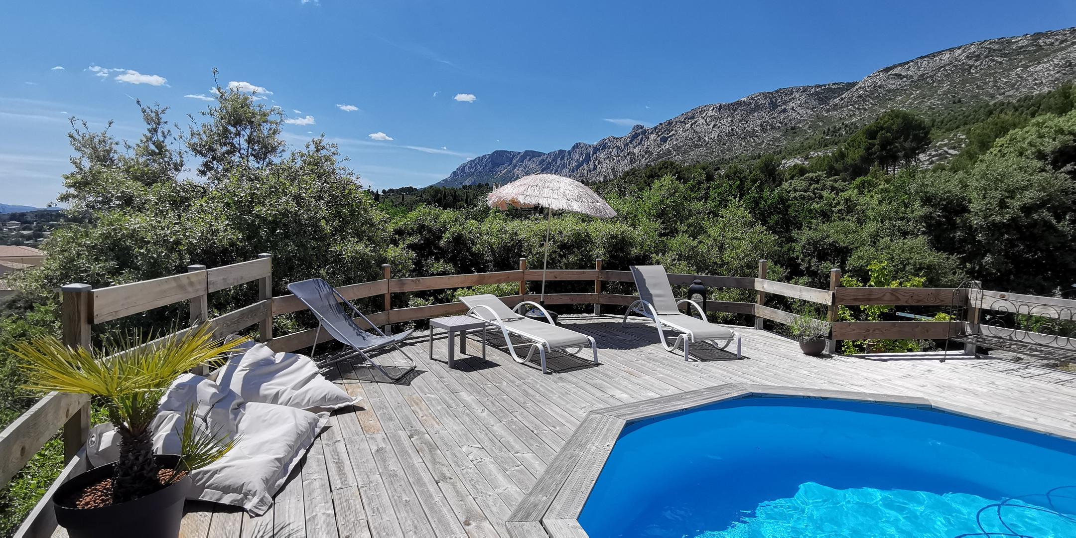 bains de soleil et piscine