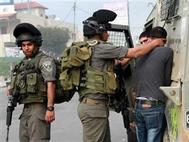 قوات الاحتلال تعتقل خمسة فلسطينيين من أقرباء الأسرى الفارين