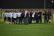 طاقم حكام قطري لمباراة الكويت والعراق
