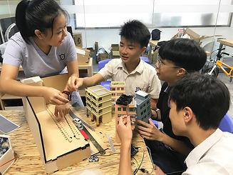 同學製作「智能行人感應燈」模型.JPG