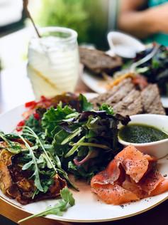 Kitchen Plate con boniato, escalivada y salmón ahumado