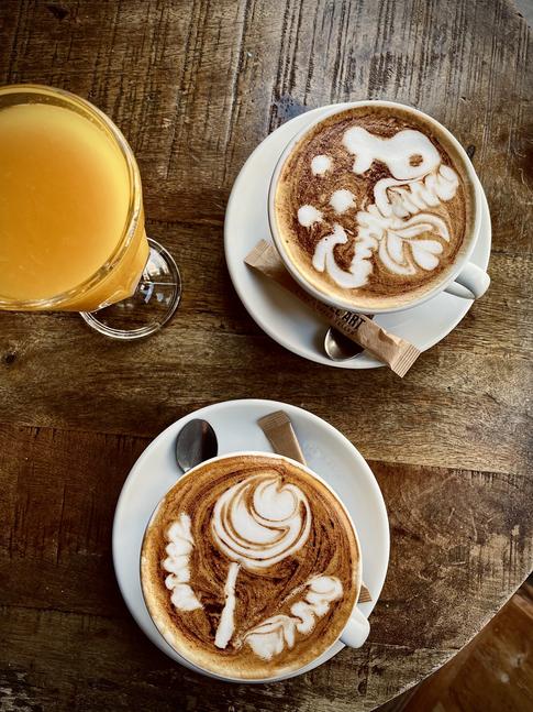 Cappuccinos y zumo de naranja natural