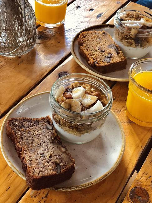 Bizcochos y yogur con granola y fruta