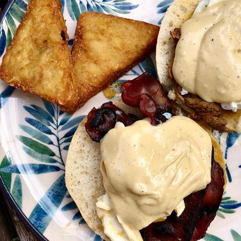 Huevos Benedictinos con Bacon y Hashbrowns