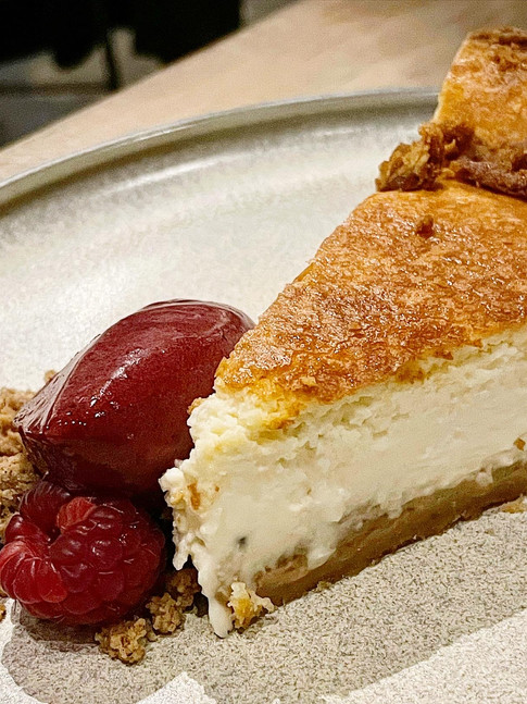 Tarta de queso azul y helado de frutos rojos