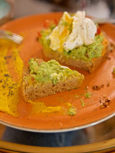 Tosta de pan de masa madre con guacamole y extra de huevo
