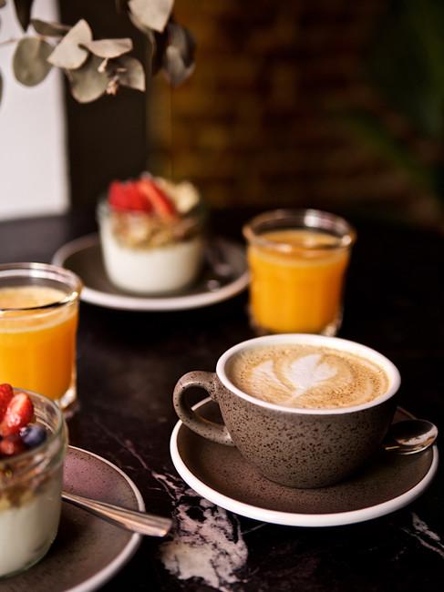 Café con leche, yogur con granola casera y zumo de naranja