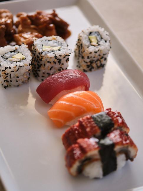 Sushi variado y pollo teriyaki