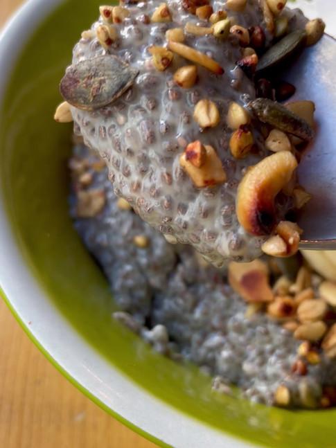 Pudding de chia con nata vegana, granola y fruta