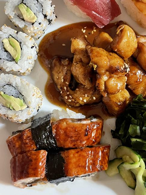 Sushi variado, pollo teriyaki y ensalada de algas y pulpo