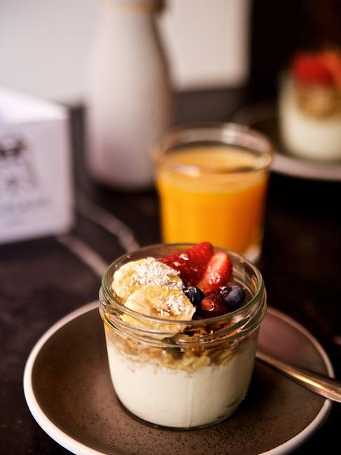 Yogur con granola casera y zumo de naranja