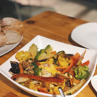 Salteado de verduras y yema de huevo