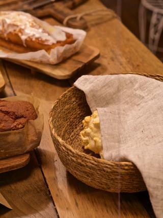 Mostrador de pastelería y pao de queijo
