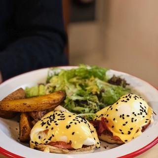 Huevos Benedictinos con jamón