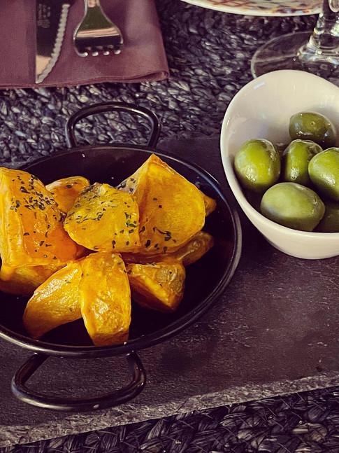 Aperitivo: Patatas con salsa maragata y aceitunas