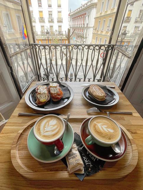 Comida y cappuccinos