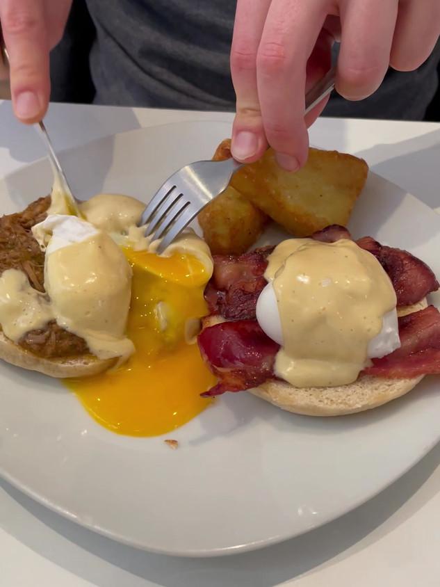 Huevos Benedictinos con cochinita Pibil y Bacon