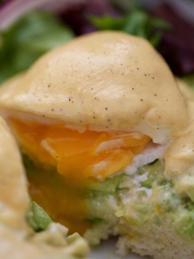 Huevos Benedictinos con aguacate