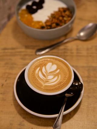 Cappuccino y bol de granola