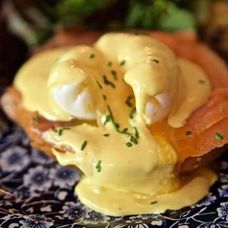 Huevo Benedictino con salmón