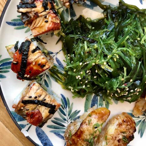 Rulo de anguila y ensalada Wakame